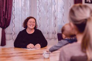 Familienstark Beratung Einzelberatung Gespräch lachende Frau