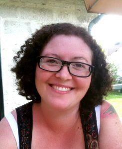 Bettina Dutzler, MSc. Familienstark Porträt Über Mich lachende Frau mit Brille