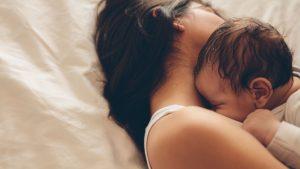 Baby schläft auf Mama
